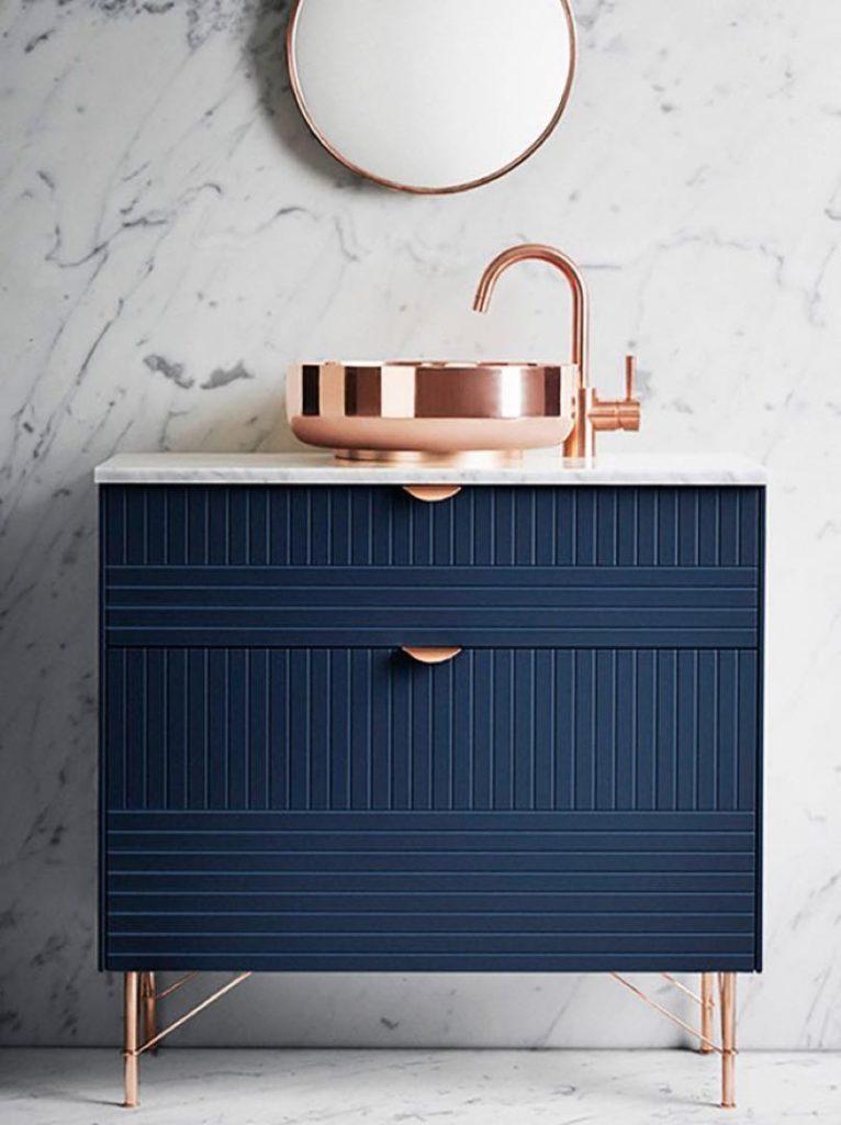 cobre y azul en el baño